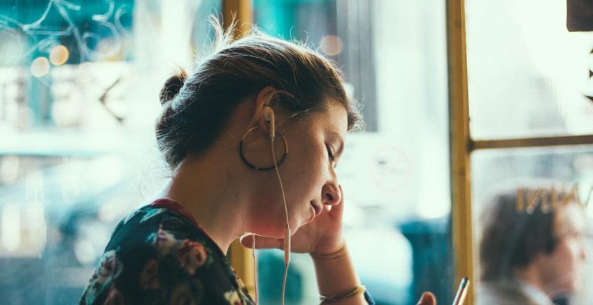 Hüzünlü Müzikler Dinlemekten Zevk Almamızın 6 Nedeni