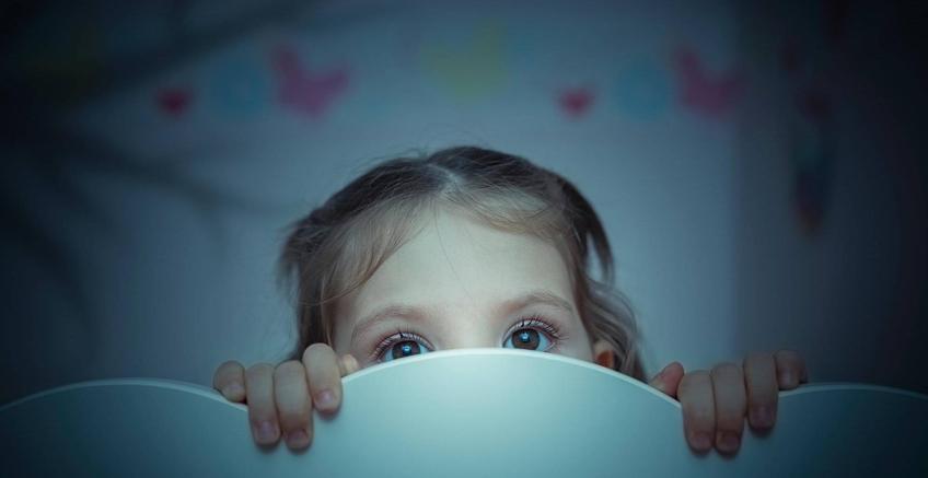 Karanlıktan Korkan Çocuğa Nasıl Yardımcı Olunur?