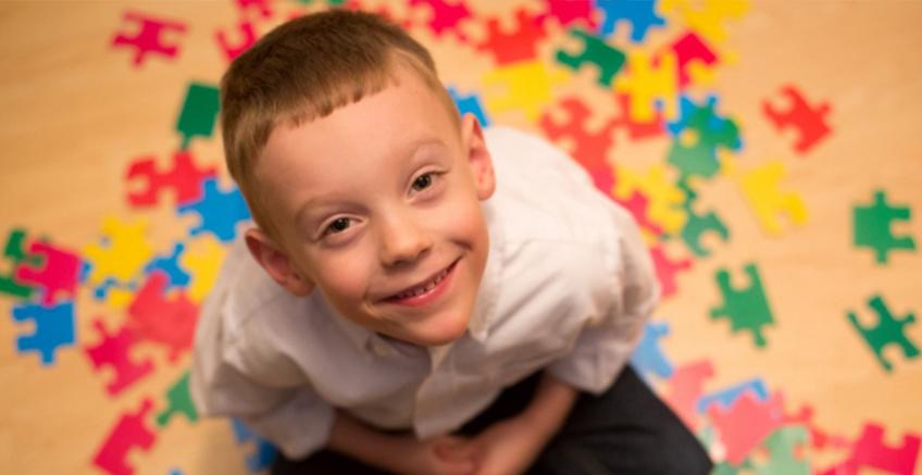 Otizmli Çocuğum Neden Sürekli Sesleri ve Sözcükleri Tekrar Ediyor?