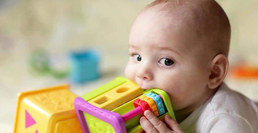 Bebekler Neden Her Şeyi Ağızlarına Götürüyorlar?